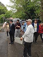 キャンパスツアーでの川崎理事によるガイド