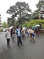 小雨の中、学生も熱心に観察